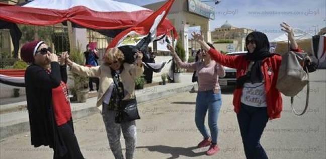 المواطنون يرقصون على أنغام الأغاني الجديدة