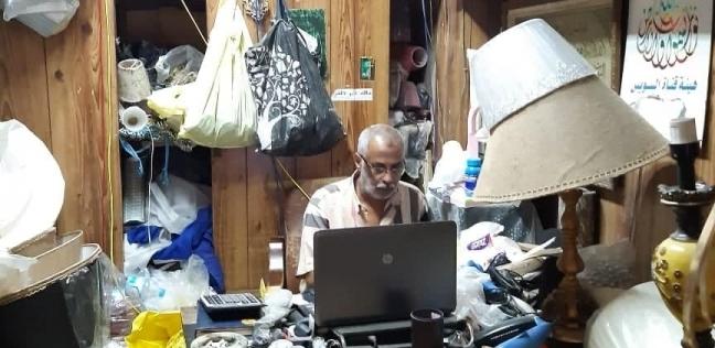 «عم عبده» داخل المحل