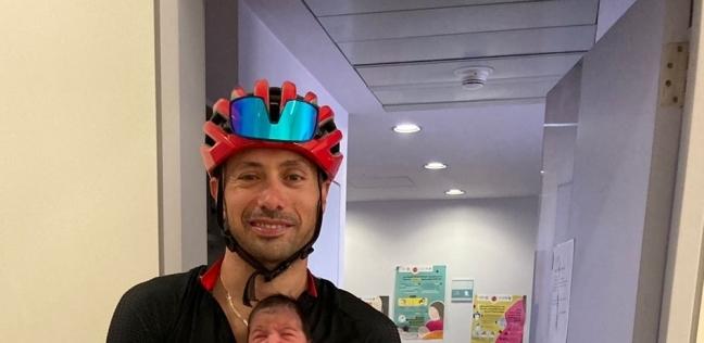 الدكتور ذكي سليمان مع الرضيع