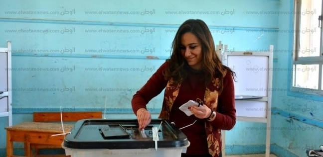 نائب محافظ البحيرة تدلى بصوتها في الاستفتاء بلجنة مدرسة الكنائس