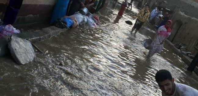 بالفيديو| لحظة وفاة طفل في البحيرة صعقا بالكهرباء نتيجة لسقوط الأمطار