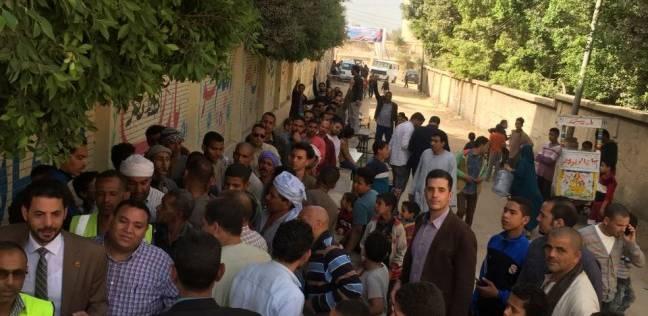 حساسين يقف في طابور الناخبين انتظارا لدوره بأبو رواش