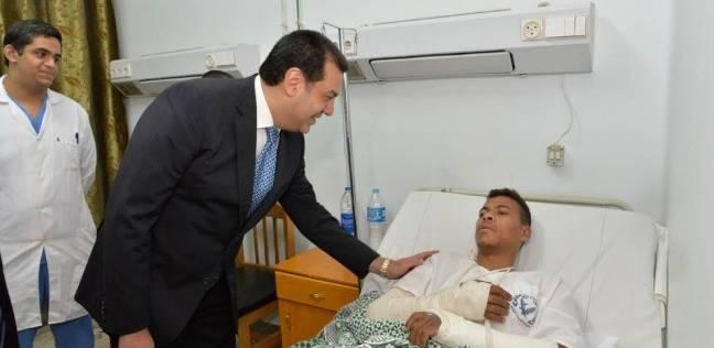 محافظ أسيوط يتفقد المستشفيات العامة ويقدم هدايا مادية وعينية للمرضى