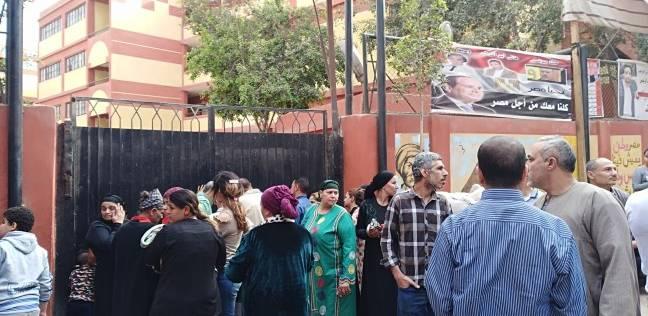 الناخبون يتوافدون على لجان منشأة ناصر منتظرين فتح اللجان للتصويت