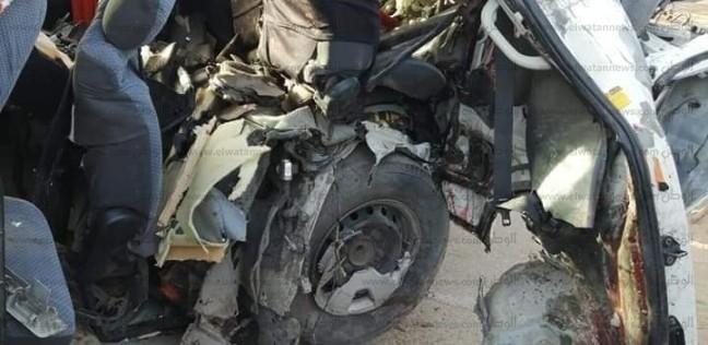 معاينة المباحث: انفجار إطار ميكروباص سبب حادث تصادم الطريق الدولي