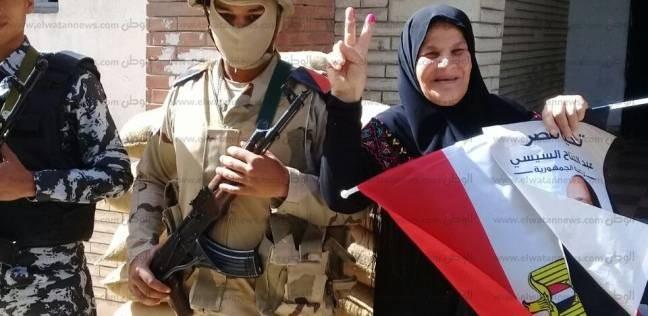 """ناخبة تطلب التصوير مع مجند جيش: """"علشان الصورة تطلع حلوة"""""""