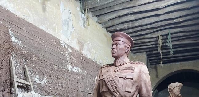 «مينا» مع تمثال الرئيس السادات