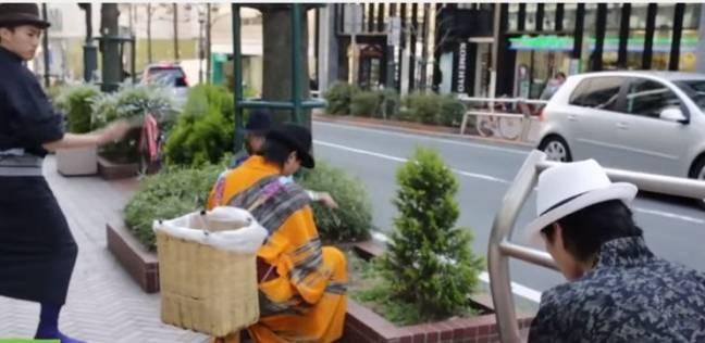 """بالفيديو  بزي """"المحاربين القدامى"""".. فريق أصدقاء البيئة ينظف شوارع طوكيو"""