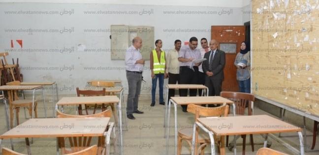 رئيس جامعة أسيوط يتفقد صالات الامتحانات لتطويرها ورفع كفاءتها