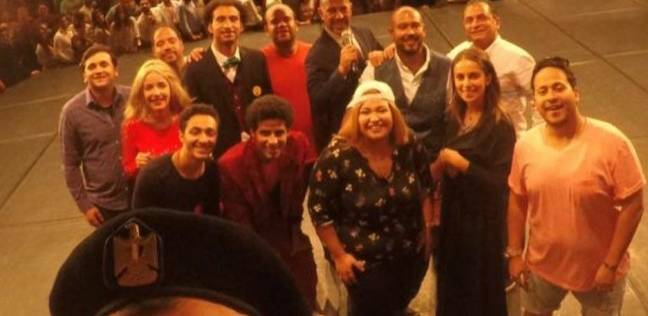 أشرف عبدالباقي ونجوم مسرح مصر يحتفلون بانتهاء عروضهم في الإسكندرية