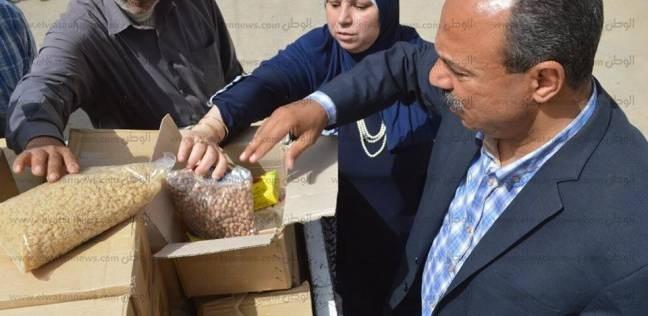توزيع كراتين سلع غذائية على دارسي محو الأمية في كفر الشيخ