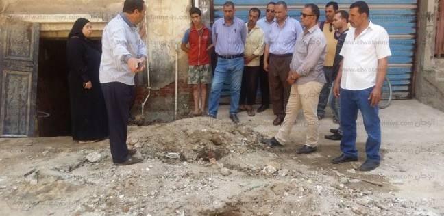 بالصور| حل مشكلة تسريب المياه أسفل أحد عقارات دسوق