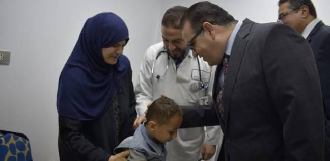 رئيس جامعة المنصورة يتكفل برعاية حالة مرضية نادرة لطفل