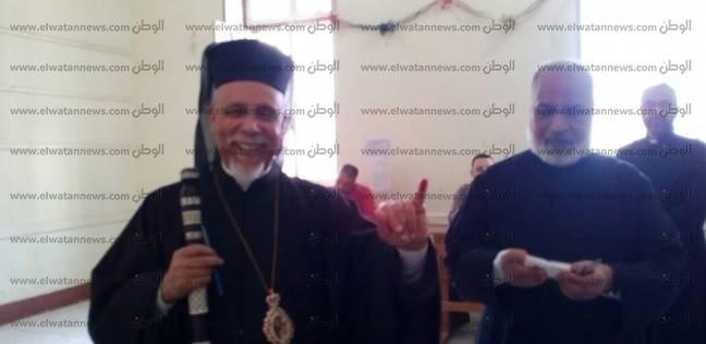 """مطران الكاثوليك يدلي بصوتهفي لجنة """"خديجة يوسف"""" بأسيوط"""
