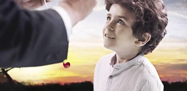 «عمر» موديل إعلان «مجدى يعقوب»: المخرج إدانى العربية مكافأة