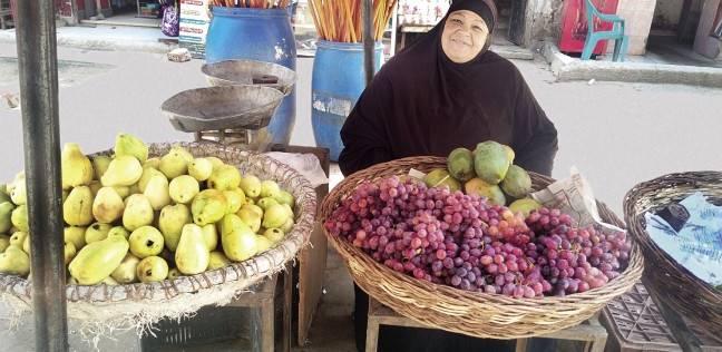 سوق المنيب: بائعو الفاكهة فى مواجهة الزبائن وبينهما الأسعار.. «هتشترى ولّا مقاطع؟»