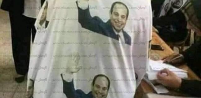 """أسيوطية ترتدي """"عباءة"""" مزينة بصور السيسي في الاستفتاء"""