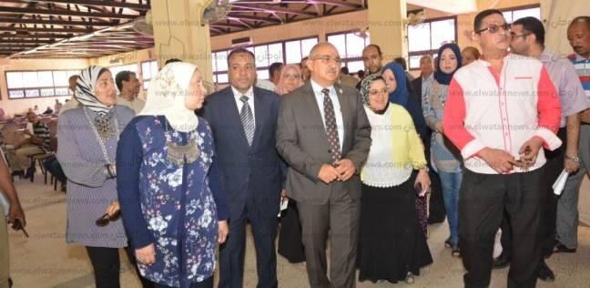 رئيس جامعة أسيوط يتفقد أعمال الكشف الطبي على الطلاب
