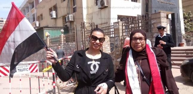 سيدات يشجعن المواطنين على الانتخاب.. وأخرى تتحدى المرض وتصوت بالكانولا