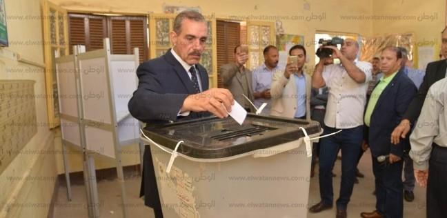 محافظ أسيوط والقيادات يدلون بأصواتهم في لجنة مدرسة عصمت عفيفي