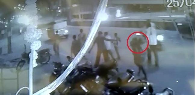 رجل يحمل جثه زوجته على كتفه في الشارع