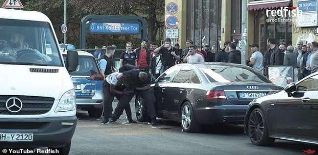 بالفيديو  اتهام الشرطة الألمانية بالوحشية بعد الاعتداء على شاب أسود