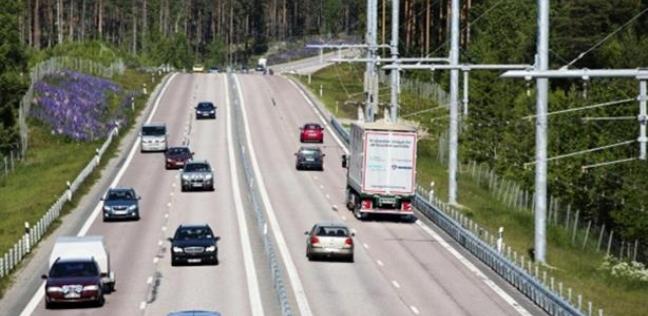 السويد تتغلب على مشكلة السيارات الكهربائية بطريق لشحنها أثناء السير
