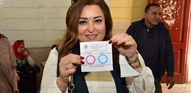 بالصور| نهال عنبر تدلي بصوتها في التعديلات الدستورية بالعجوزة