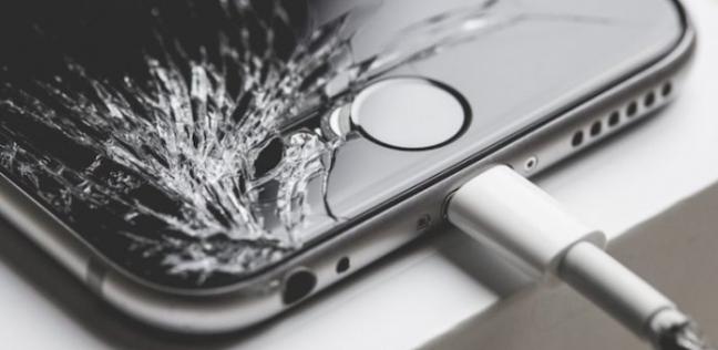 يجب التأكد من عدم وجود عوامل تمثل خطورة عند شحن الهاتف الذكي