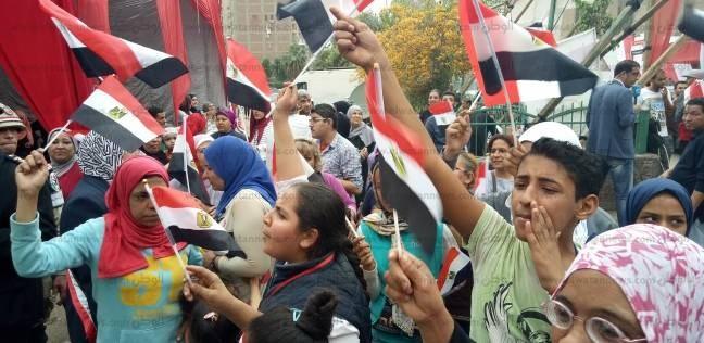 هتافات ضد الإرهاب أمام إحدى اللجان الانتخابية في شبرا