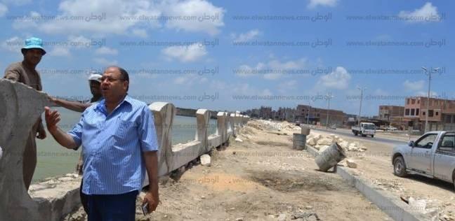 بالصور| رئيس مدينة بلطيم يتابع صب الخرسانة بكورنيش المدينة