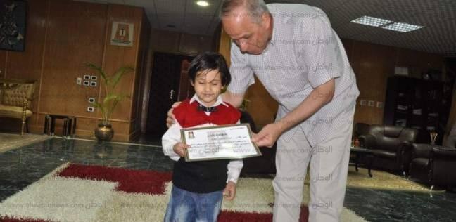 محافظ الوادي الجديد يكرم الطفل الأول على الجمهورية في مسابقة الكرازة المرقسية