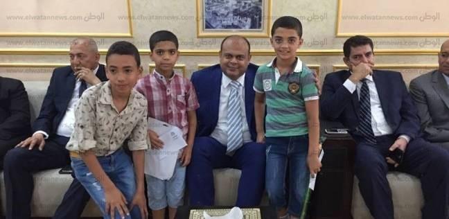 بتوزيع العيديات واللعب.. محافظ مطروح يحتفى بالأطفال في عيد الأضحى