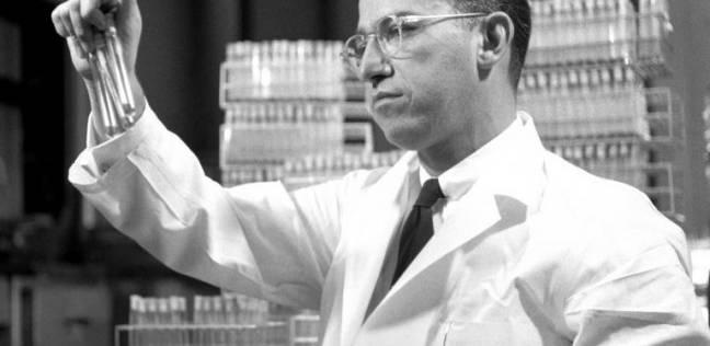 """بعد إدراج تطعيم الحقن.. """"سولك"""" مكتشف لقاح شلل الأطفال: اختبره على نفسه"""