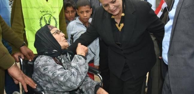 محافظ البحيرة تطبع قبلة على جبين مسنة شاركت في الانتخابات