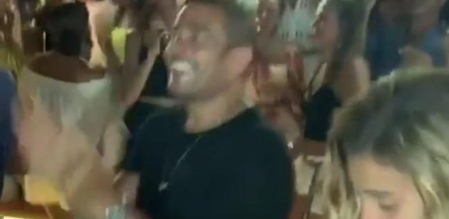 تامر حسين ينشر فيديو لـ عمرو دياب ودينا الشربيني يرقصان على