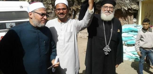 """بـ""""أياد متشابكة"""".. القمص يؤانس والشيخ صبري يصوتان في الدقهلية"""