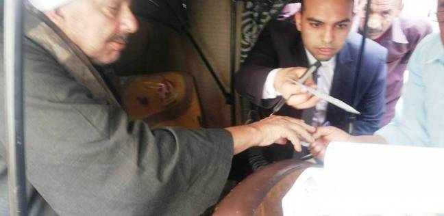 """قاضي يساعد ناخب من ذوي الاحتياجات من التصويت في """"توك توك"""" بسوهاج"""