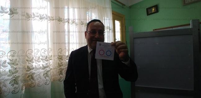 محافظ الإسكندرية يدلي بصوته في مدرسة الشهيد وليد صبحي العيص الابتدائية