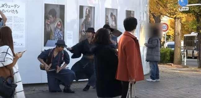 لقطة من فيديو عمال نظافة بزي الساموراي ينتشرون في اليابان