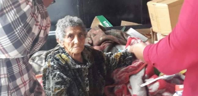 """بالصور  """"التضامن"""" تنقذ """"عائشة"""" من الشارع بعد 60 عاما على """"الرصيف"""""""