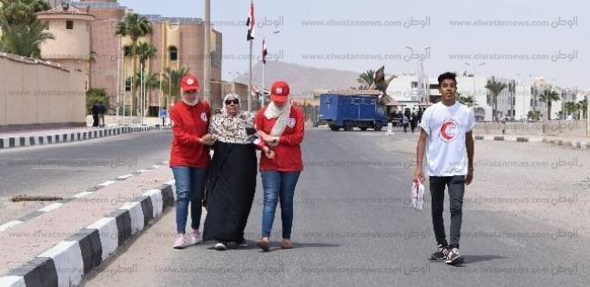 شباب الهلال الأحمر بجنوب سيناء يساعدون المرضى وكبار السن في التصويت