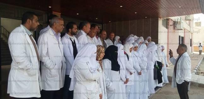 وقفة احتجاجية للعاملين بمستشفى الشيخ زويد للمطالبة بصرف حافز الإنابة