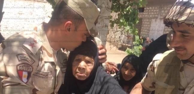 بالصور| رجال القوات المسلحة يساعدون عجوزا في الإدلاء بصوتها بقنا