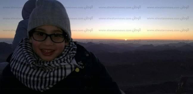 بالفيديو| طفل يصعد قمة أعلى جبل في مصر