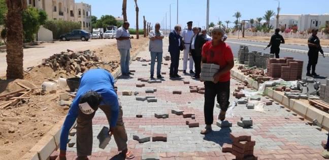 بالصور| محافظ جنوب سيناء يتابع تطوير طريق دلتا شرم.. ويكرم العمال لتحملهم
