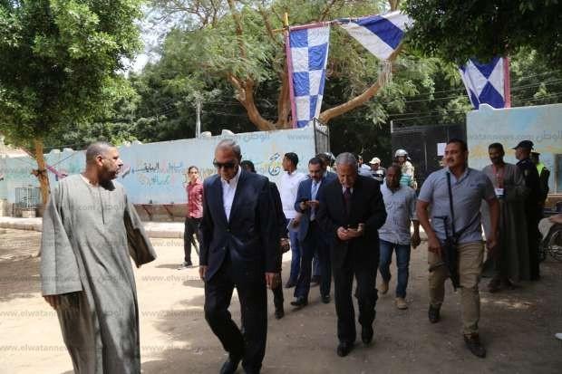 بالصور| محافظ قنا ومدير الأمن يتابعان سير العملية الانتخابية