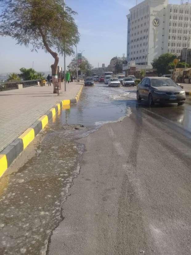 كسر بخط مياه رئيسي يغرق شارع كورنيش النيل بأسوان