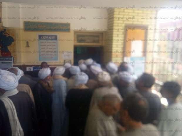 """زحام أمام لجان مجمع الوحدة في مسقط رأس """"الابنودي"""" بقنا"""