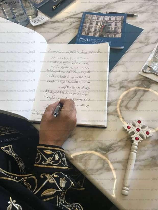 المحبة لا تسقط.. ماذا كتب البابا بزيارته الأولى لمركز العاهل السعودي؟